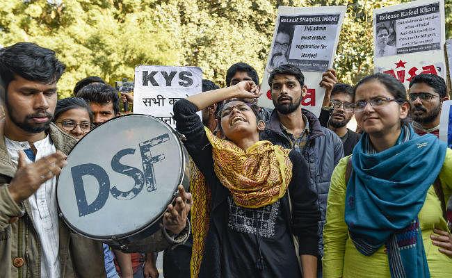 जेएनयू के छात्रों ने CAA, NRC के विरोध में किया जंतर मंतर पर प्रदर्शन