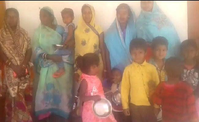 हजारीबाग : बेलतू आंगनबाड़ी केंद्र में ग्रामीणों ने जड़ा ताला, सेविका पर कार्रवाई की मांग