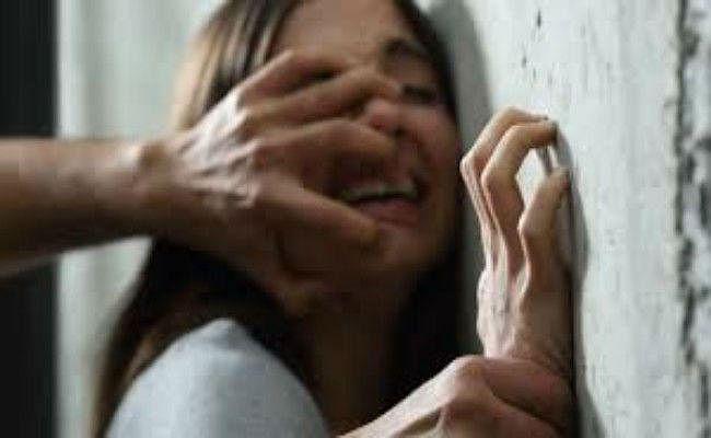 पत्नी की नजरों के सामने युवती से करता था दुष्कर्म