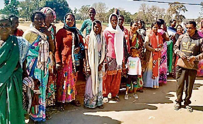 अंधविश्वास या परंपरा : बेटे की सलामती के लिए गांव-गांव भीख मांग रही महिलाएं