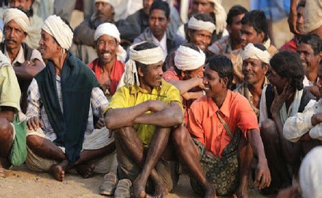 आदिवासी महिला-पुरुषों से नक्सली लीडर कराते हैं दिहाड़ी मजदूरी