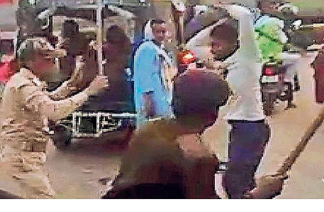 VIDEO वायरल : होमगार्ड जवानों को ऑटो चालक ने पीटा, एक गिरफ्तार