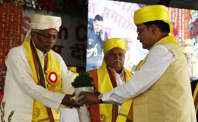 बीएयू दीक्षांत समारोह के मंच पर जगह नहीं मिलने पर भड़के विधायक, कुलपति को भला बुरा कहा