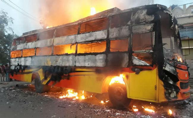 झारखंड: गहरी नींद में थे यात्री तभी चलती बस बनी आग का गोला, यात्रियों ने कूद-फांद कर बचायी जान