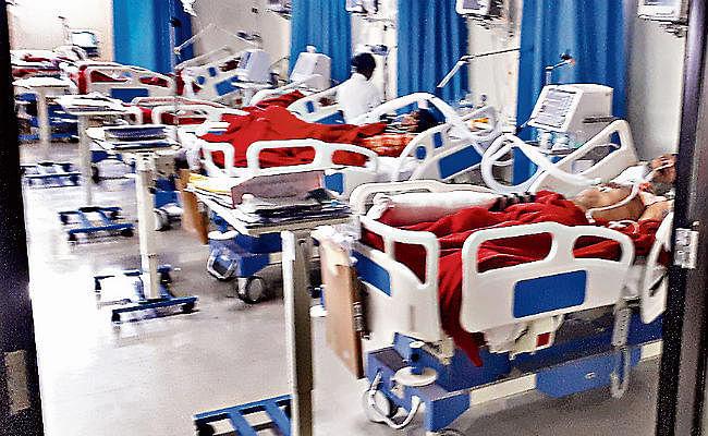 दवा कंपनियों को लाभ पहुंचाने के लिए आयुष्मान भारत के मरीजों से भी बाहर से मंगाते हैं महंगी दवा