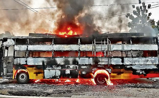 महेशपुर : बस में करंट से लगी आग, 30 यात्री बचे