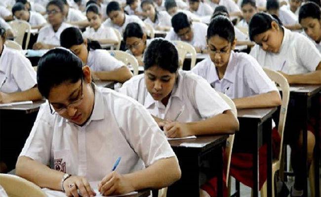CBSE 10th Board Question Paper: बोर्ड ने कहा- प्रश्न में कोई गड़बड़ी नहीं, अंग्रेजी वालों के लिए अंग्रेजी और हिंदी वालों के लिए हिंदी प्रश्न ही होगा मान्य