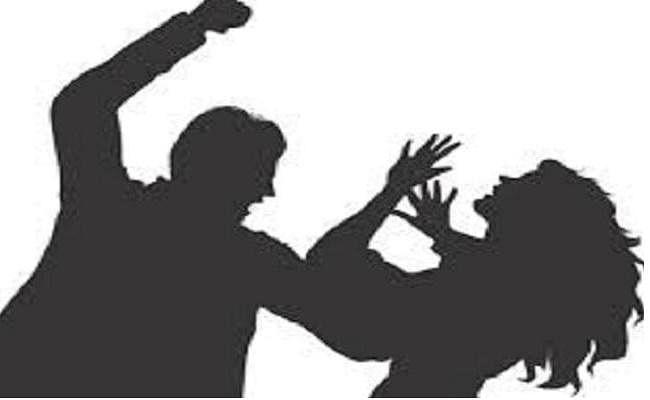हथियार दिखाकर नाबालिग ने पकड़ा महिला का हाथ, पुलिस ने किया गिरफ्तार