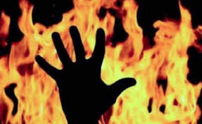 झोपड़ी में सो रही महिला को जिंदा जलाने की कोशिश