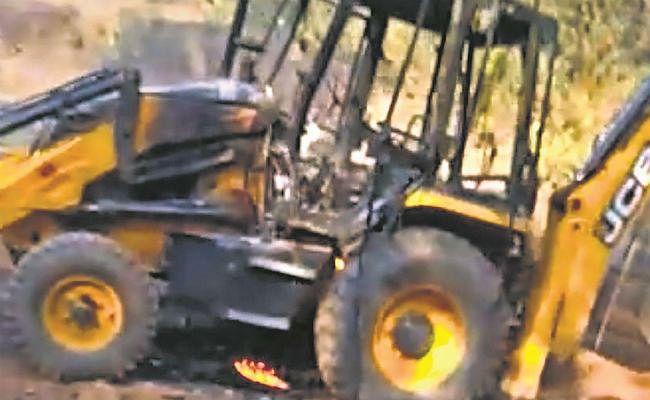 गुमला : नक्सलियों ने जेसीबी फूंकी, काम बंद कराया