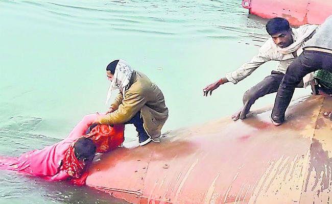 वैशाली : बच्चे संग महिला गंगा नदी में गिरी, लोगों ने बचाया