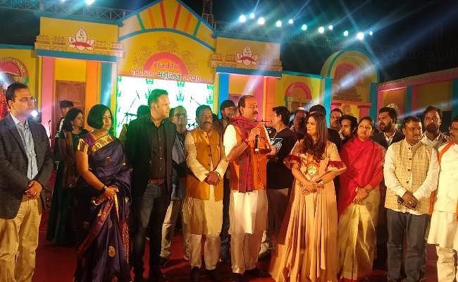 गायिका ऋचा शर्मा की शानदार प्रस्तुति, सांसद ने कहा- सरकार कोई भी रहे इटखोरी महोत्सव चलता रहेगा