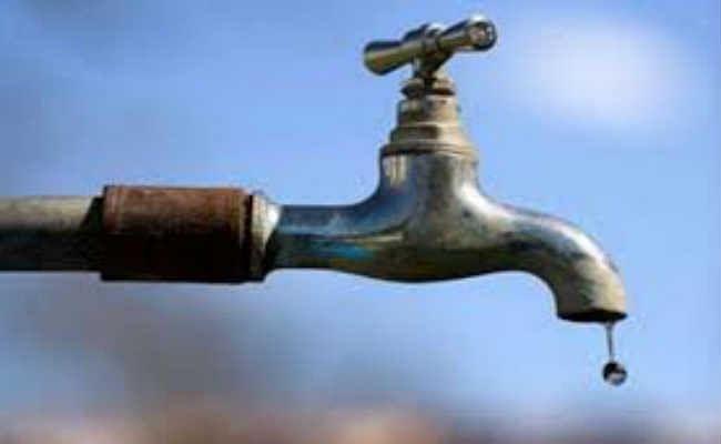 सड़क पर बहा पानी, पांच हजार घरों में आज नहीं होगी जलापूर्ति