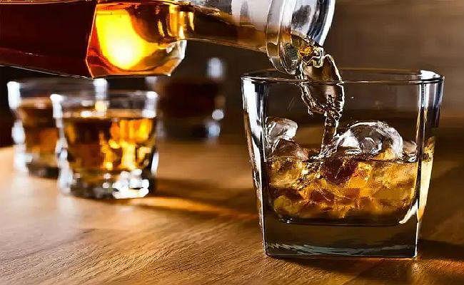 बिहार में शराब पीते 6 मुखिया व पैक्स अध्यक्ष समेत 18 धराये, दारू पार्टी में नक्सलियों के मौजूद होने की चर्चा