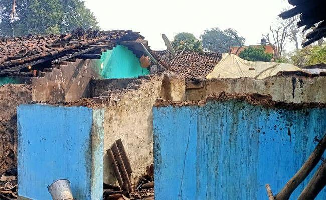 सिमडेगा : आधी रात को कई घरों में लगी आग, एक घर जलकर खाक, लाखों का नुकसान