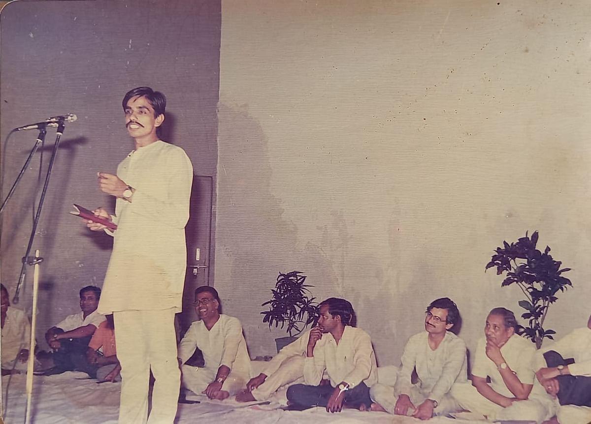 श्री रामकुमार पाण्डेय जी अप्रैल 1990 में कविता पाठ करते हुए