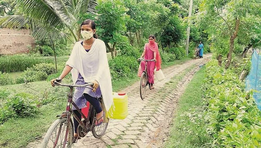 पानी के लिए हर रोज 12 किलोमीटर साइकिल चलाती हैं उत्तर 24-परगना गांव की स्कूली छात्राएं