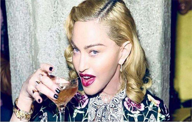 दुनिया के मशहूर सेलिब्रिटी, जो खूबसूरत और सेहतमंद रहने के लिए खुद का ही 'यूरिन' पीते हैं!