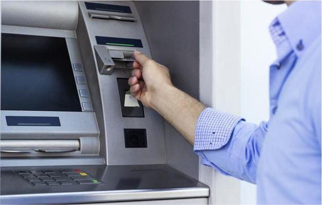 ATM से पैसा निकाला लेकिन बाहर नहीं आया और खाते से कट गया, तो ये करें!
