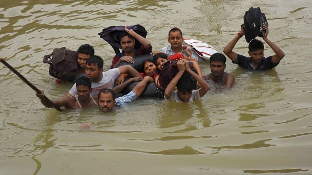 بہار: سیلاب نے اختیار کی خوفناک شکل، سارن پشتہ ٹوٹنے سے تقریباً 500 گاؤں متاثر