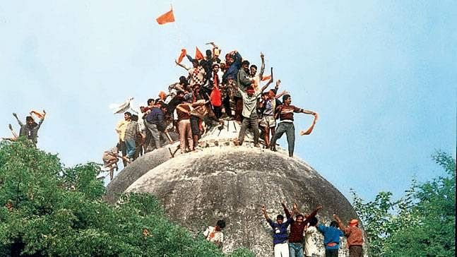 6 دسمبر 1992 کو بابری مسجد کے اوپر کھڑے ہوئے ہندو کار سیوک