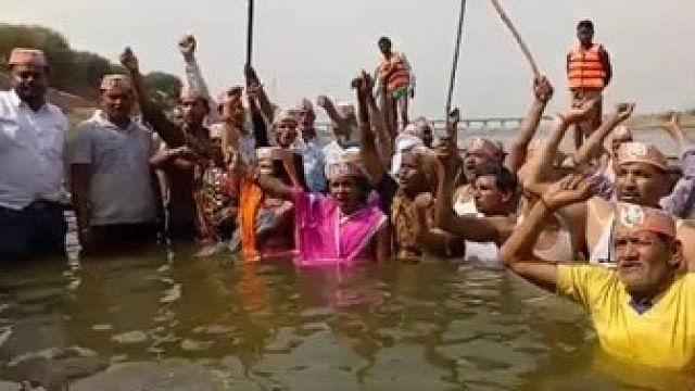 یوگی راج میں بے حال کسانوں کا 'جَل ستیہ گرہ' شروع