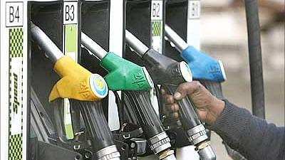 بڑی خبر: تیل قیمتوں میں ڈھائی روپے کی کمی، چناؤ کے پیش نظر حکومتی اقدام