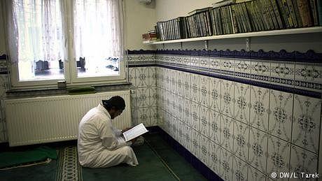 نصف درجن سے زائد مساجد بند، کئی امام بے دخل
