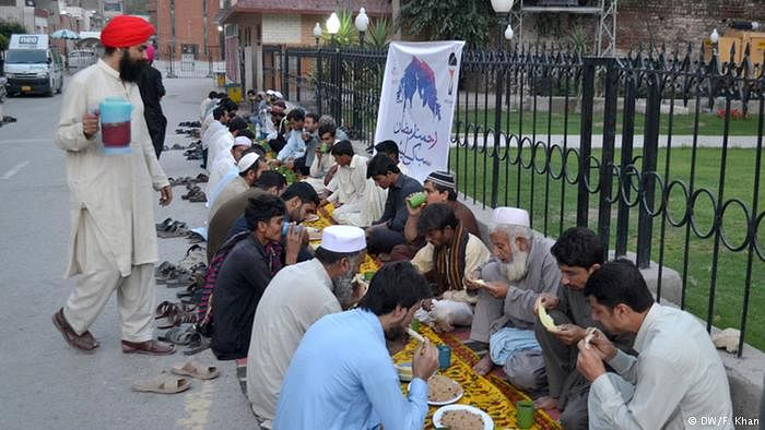 پاکستانی سکھوں کا مسلمانوں کو روزہ افطار کرانا، بھائی چارے کی مثال