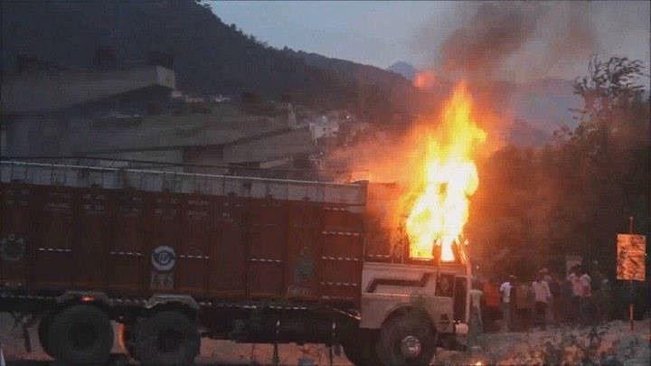 جموں و کشمیر: گئو رکشکوں کا ہنگامہ، پولس کے سامنے مویشی سے بھرا ٹرک نذر آتش