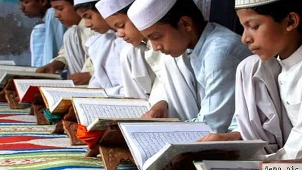 یوگی حکومت مدارس کے بچوں کو پہنائے گی پینٹ شرٹ