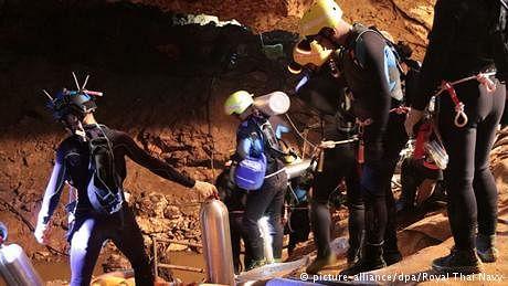 تھائی لینڈ: لڑکوں کو غار سے نکالنے کی کارروائی شروع