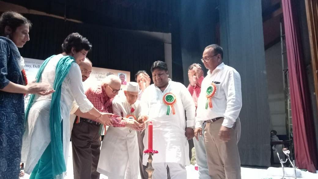 اردو اکادمی دہلی کے زیر اہتمام 'مشاعرہ جشن آزادی' کا شاندر انعقاد