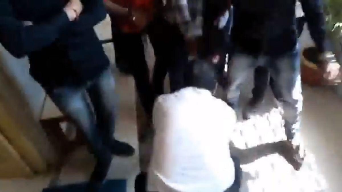 مدھیہ پردیش: مجبور پروفیسر نے اے بی وی پی طلبا سے پیر پکڑ کر مانگی معافی