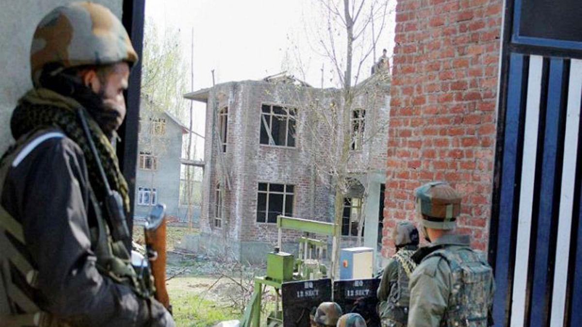 کشمیر: پلوامہ میں ملی ٹینٹوں کا حملہ، سی آر پی ایف اہلکار زخمی