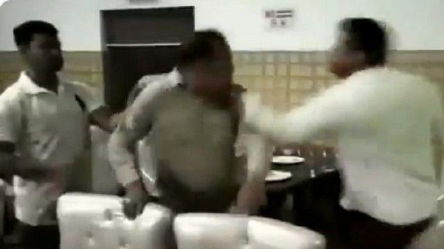 ويڈيو:  یوپی کے میرٹھ میں آپے سے باہر ہوا بی جے پی کونسلر، داروغہ کو جم کر پیٹا