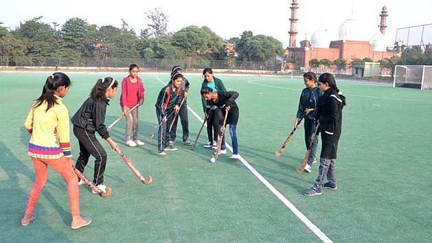 اے ایم یو کی طالبات میدان پر ہاکی کی پریکٹس کرتی ہوئیں