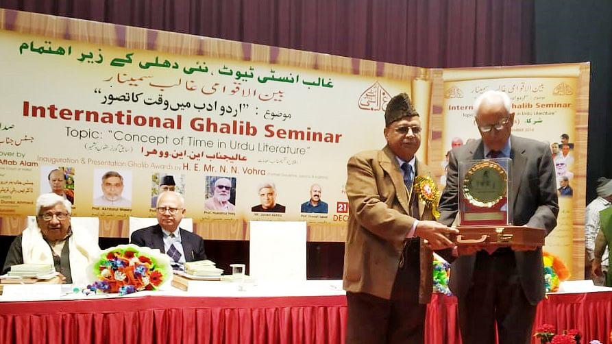 پروقارتقریب میں جاوید اختر اور محمد شرف عالم سمیت 6 اشخاص غالب ایوارڈ سے سرفراز