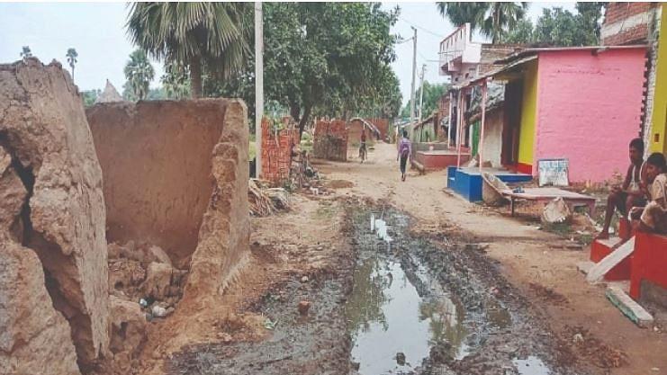 بی جے پی رکن پارلیمنٹ کے گود لیے گاؤں میں موجود گڈھے بیان کر رہے بدحالی کی داستان