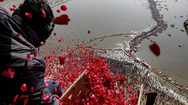 کمبھ میں اسنان کرنے والوں پر یوگی نے ہیلی کاپٹر سے کروائی پھولوں کی بارش