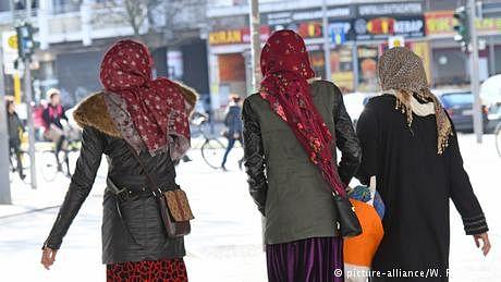 حجاب کو لے کر تین شامی لڑکیوں پر حملہ