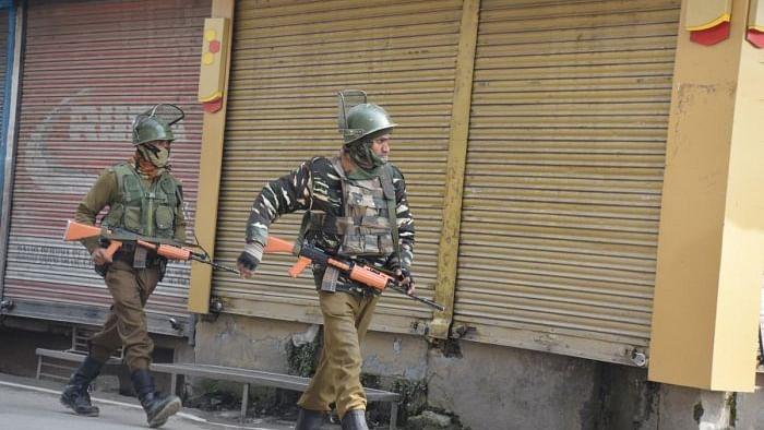 جنوبی کشمیر کے اننت ناگ میں گرینیڈ حملہ، پولس جوان، صحافی سمیت 14 افراد زخمی
