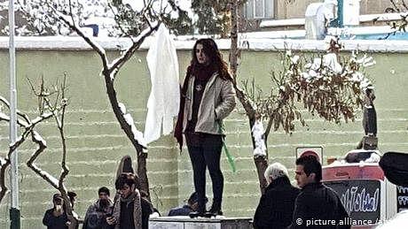 کھلے عام اسکارف اتارنے والی ایرانی خاتون کی سزا معاف