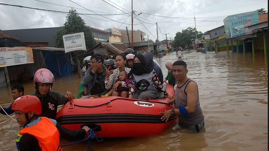 انڈونیشیا: سیلاب اور لینڈ سلائڈنگ سے 17 افراد ہلاک،13 ہزار افراد بے گھر