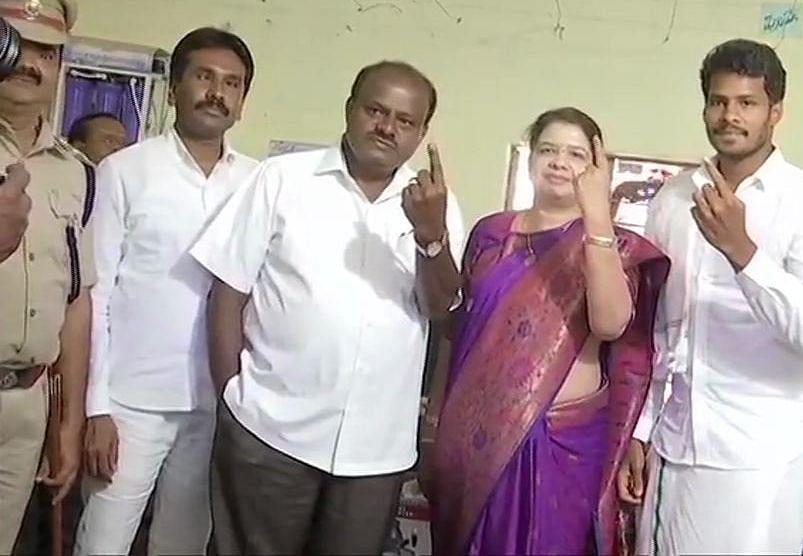 کرناٹک کے وزیر اعلیٰ ایچ ڈی کماراسوامی، ان کی بیوی انیتا کمارا سوامی اور بیٹا نکھل کماراسوامی