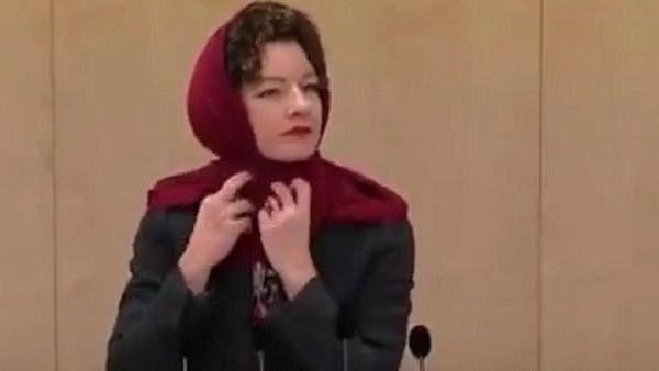 حجاب پر پابندی کے خلاف آسٹریا کی رکن پارلیمنٹ کا انوکھا احتجاج، دیکھیں ویڈیو