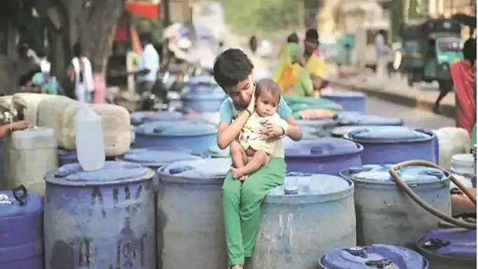 'مودی انکل پانی دو، یوگی انکل پانی دو'، پانی کے مسئلہ سے دو چار آگرہ کے معصوم بچے سڑک پر اترے