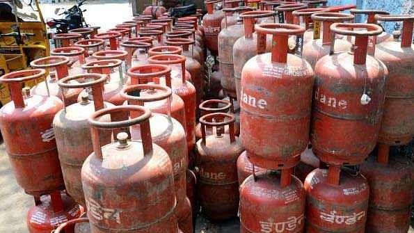 کیا کرے عوام! تیل کے بعد اب رسوئی گیس سلنڈر کی قیمت میں اضافہ