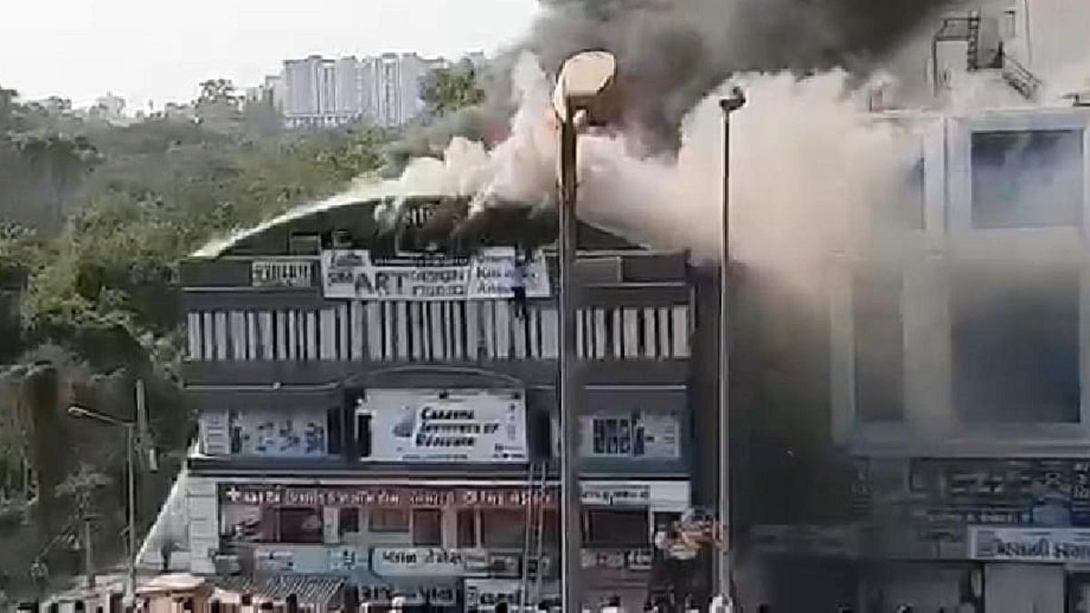 سورت کی عمارت میں آگ سے 20 طالب علم ہلاک، جان بچانے کیلئے چھت سے کودے بچے