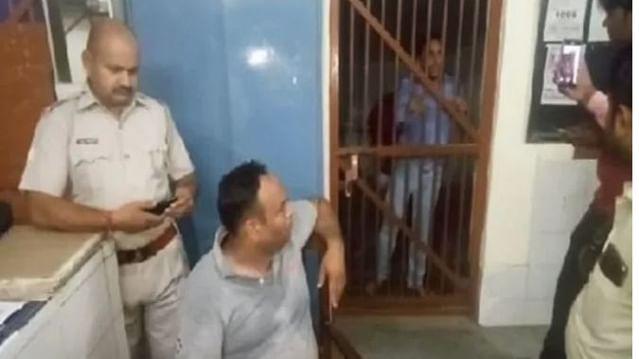 اب کی بار مار پترکار: شاملی میں جی آر پی انسپکٹر نے جم کر کی صحافی کی پٹائی